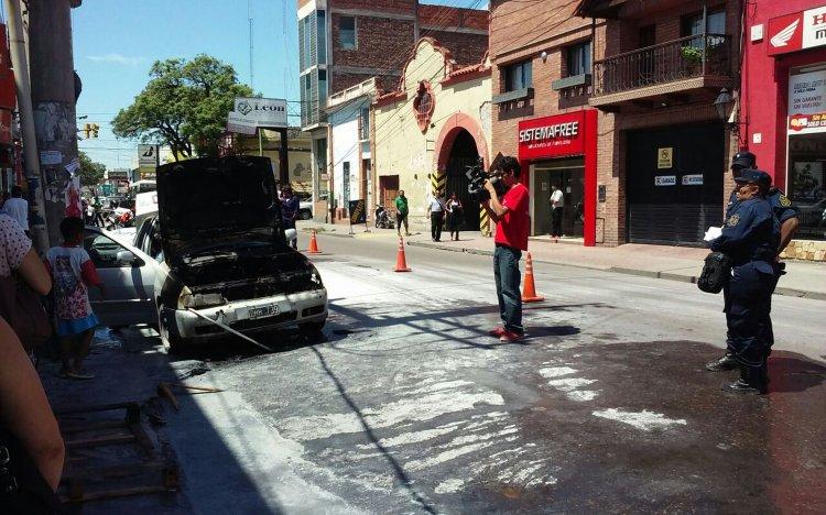 Los Bomberos debieron actuar para apagar el fuego del auto Polo.