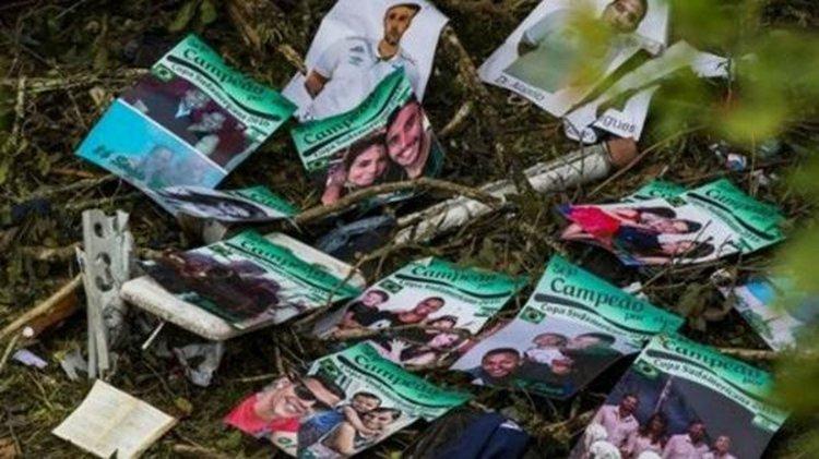 Los folletos preparados por el utilero desparramados en la zona de la tragedia aérea en Medellín.