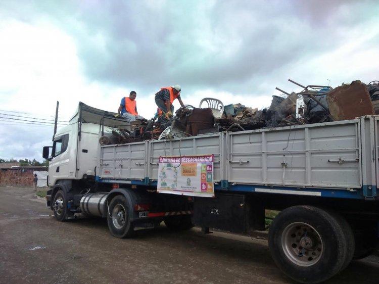 Varios camiones recorrieron El Bordo para levantar los cacharros que la gente sacó de sus casas.