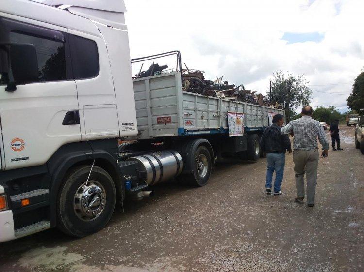 En El Bordo los camiones recolectaron los cacharros que la gente sacó de sus casas para evitar el dengue.