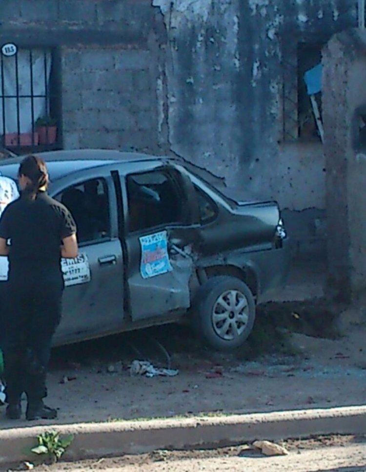 Entro del automóvil, un Chevrolet Corsa, quedó una persona herida que era transportada por el remísero que huyó del lugar.