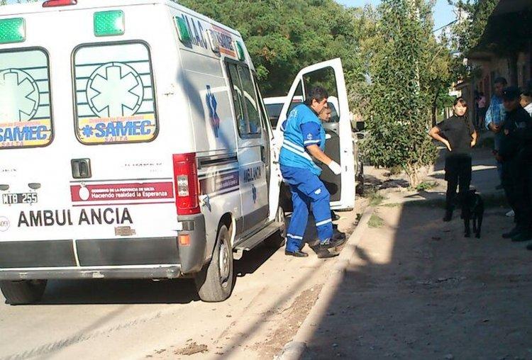 Momento en que la ambulancia del Samec llega al lugar del siniestro vial donde había una persona herida dentro del automóvil.