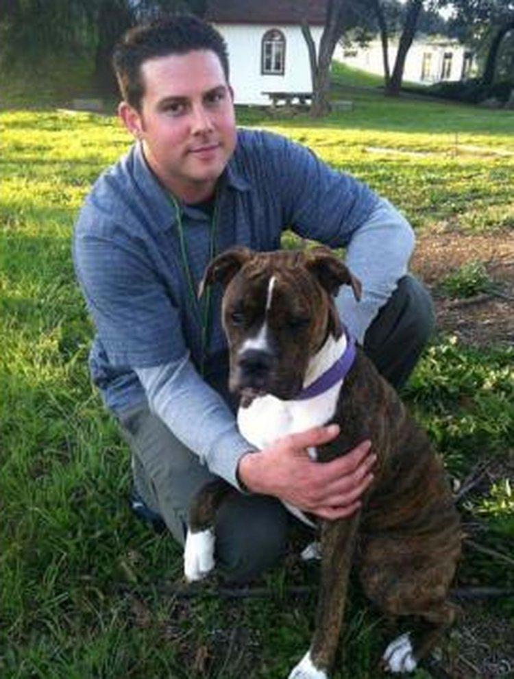 Ryan Jessen junto a su amada perra Mollie.